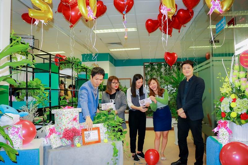 BGĐ trao phần quà từ công ty cho chị em Medinet